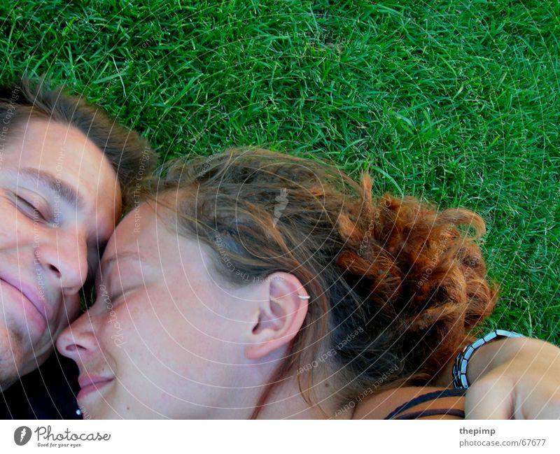 Zwei auf der Wiese grün Frau Mann Partnerschaft Rastalocken Freundschaft Liebe Liebespaar