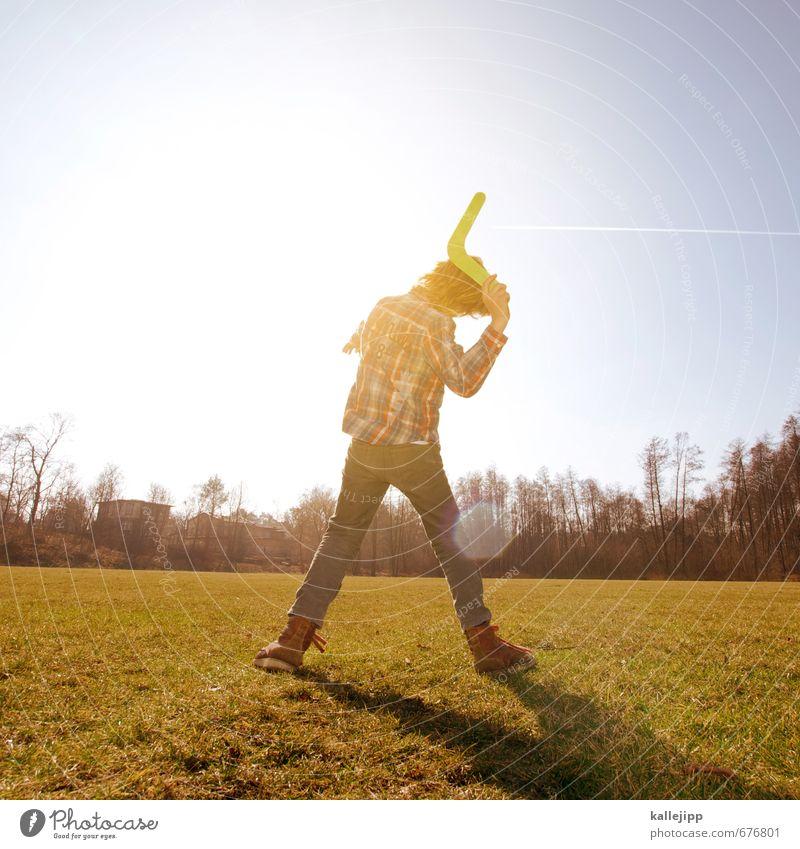 bummerranggnarremmub Mensch Kind Junge 1 8-13 Jahre Kindheit Spielen Sport werfen Australien Aborigine Waffe Sportgerät fliegen Wiese Gegenlicht Himmel
