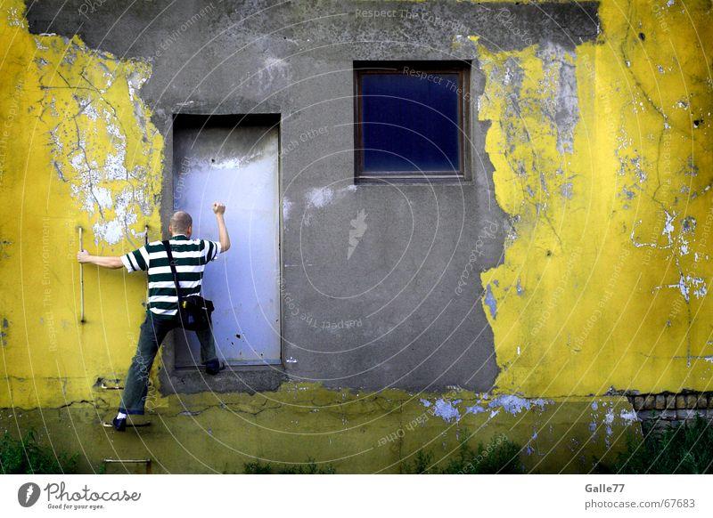 Knock, knock... ist da jemand? Mensch alt Wand Fenster Mauer dreckig Tür Fassade Industriefotografie Demontage Bauschutt