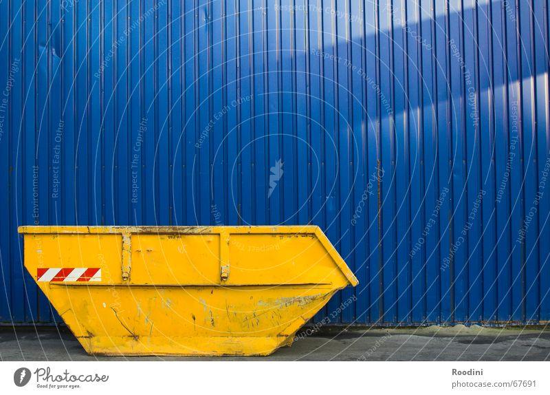 Container blau gelb Metall dreckig Baustelle Industriefotografie Müll Sammlung Demontage Schrott Bauschutt Schrottplatz
