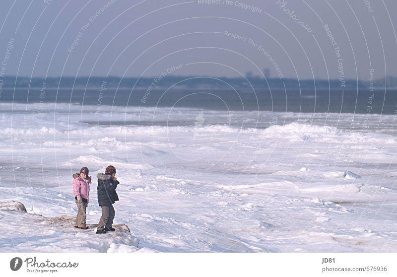Nordische Eiszeit Mensch Kind Natur blau weiß Mädchen Freude Umwelt feminin Junge Spielen Schneefall rosa maskulin Zufriedenheit