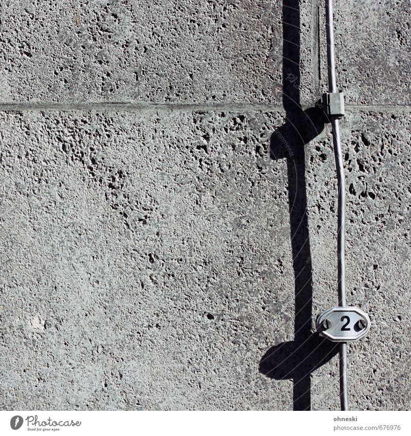 2 Gebäude Mauer Wand Fassade Stahlkabel Stein Beton Ziffern & Zahlen Schilder & Markierungen grau Farbfoto Gedeckte Farben Außenaufnahme abstrakt Muster