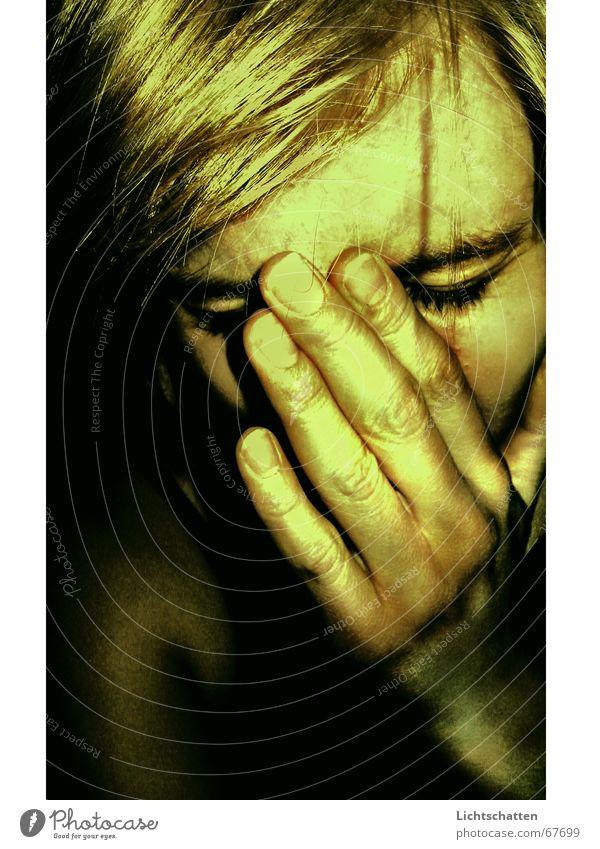 nicht. Frau Trauer Sorge Hand dunkel Porträt Mensch Traurigkeit verstecken Angst Schmerz Gesicht Vor dunklem Hintergrund