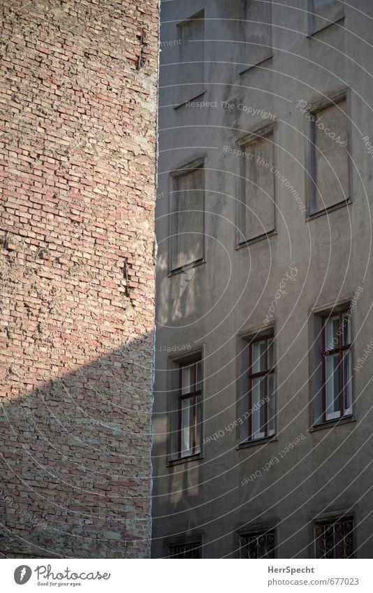 Hinterhöfisch alt Stadt Haus dunkel Fenster Wand Mauer Gebäude grau braun Fassade trist Bauwerk Platzangst eng Österreich