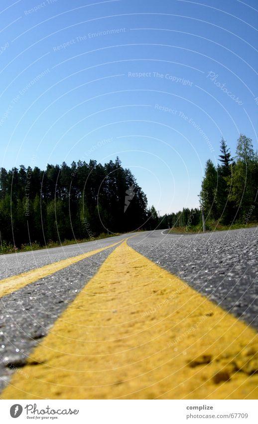 lost! Einsamkeit Wald Finnland Asphalt Mittelstreifen Skandinavien geradeaus Fahrzeug gelb himmelblau Sommer Baum Teer Straßenverkehr Verkehr Unendlichkeit