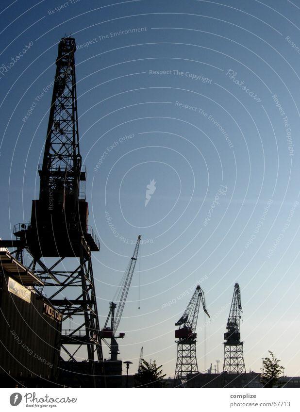 Kran No° 6, No° 5, No° 4 und No° 3 Helsinki Finnland Dämmerung Schiffsbau heben Wasserfahrzeug Handwerk Erfinden Kraft Macht Arbeiter Fabrik Industrie Hafen