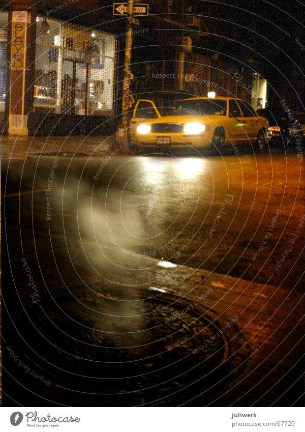 taxi in soho Stadt gelb Straße Regen Nebel nass USA Asphalt Nacht New York City Abenddämmerung Scheinwerfer Manhattan Gully Taxi