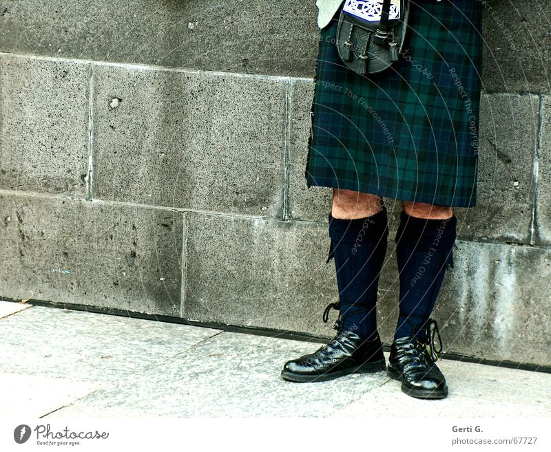 Sackpfeifer Musik Mauer Beine Strümpfe Musikinstrument Musiker anlehnen Sack verdeckt Schottland Wade Tracht Schnalle Haxe Unterleib Kniestrümpfe