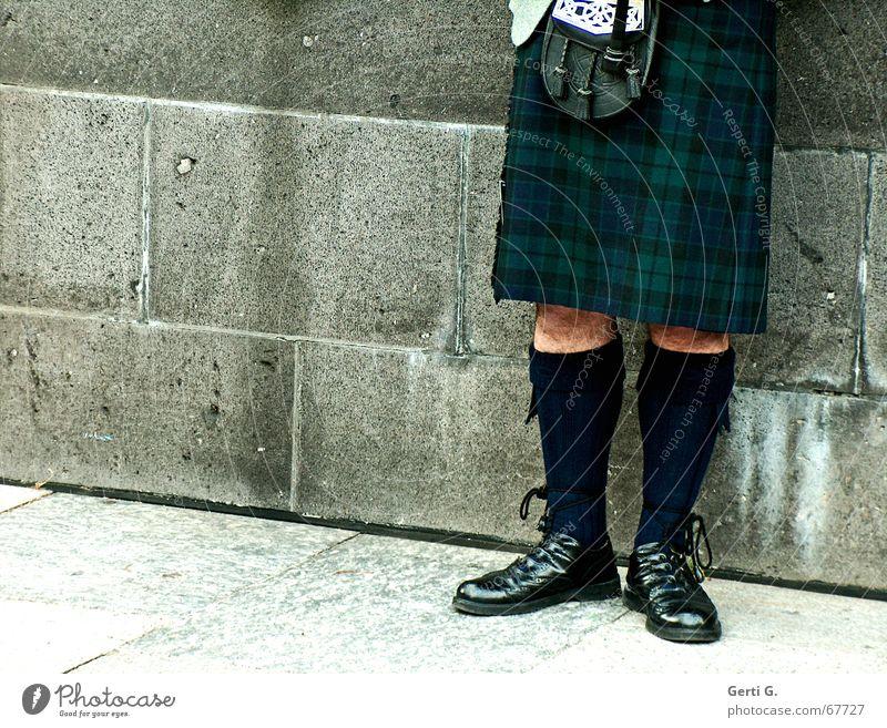 Sackpfeifer Musik Mauer Beine Strümpfe Musikinstrument Musiker anlehnen verdeckt Schottland Wade Tracht Schnalle Haxe Unterleib Kniestrümpfe