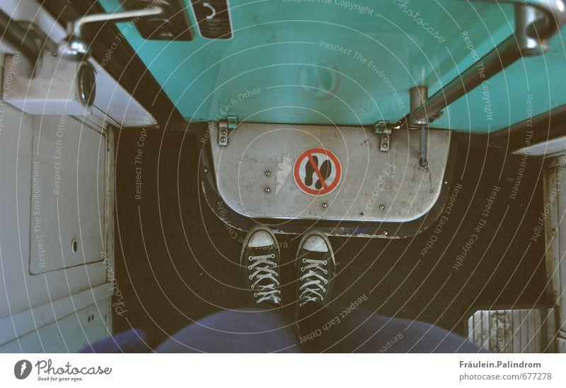 füße(ln) verboten. Mensch Beine Fuß 1 Personenverkehr Bahnfahren Binnenschifffahrt Schienenverkehr Eisenbahn Personenzug Schuhe Turnschuh Blick stehen