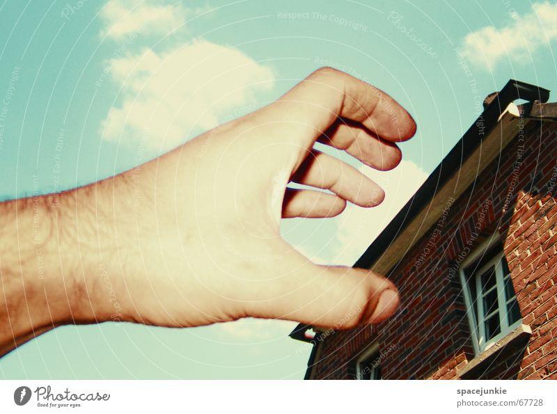 Angriff der Riesenhand Hand Himmel Haus Fenster träumen bedrohlich Backstein Surrealismus Angriff