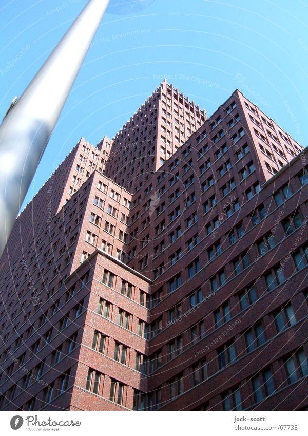 aufstrebend mit Mast Himmel Stadtzentrum Hochhaus Architektur Fassade eckig hoch oben modern Etage horizontal Block Strukturen & Formen Schatten Sonnenlicht