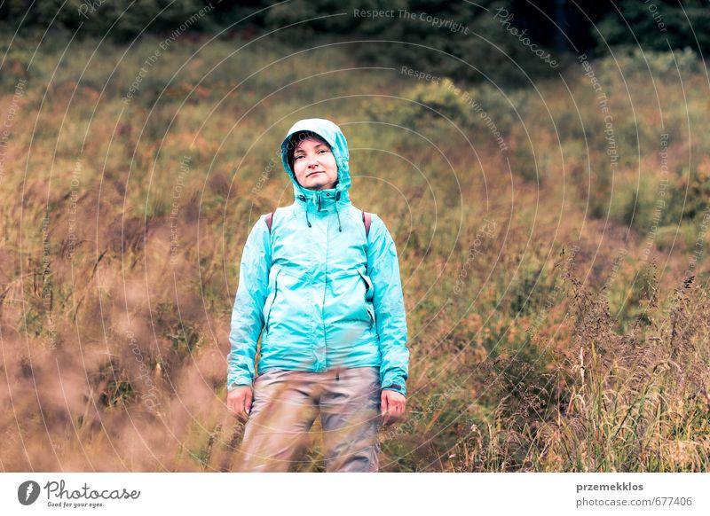 Frau, die auf einem grasbewachsenen Hang steht. Ferien & Urlaub & Reisen Ausflug Berge u. Gebirge wandern Klettern Bergsteigen Erwachsene 1 Mensch 30-45 Jahre