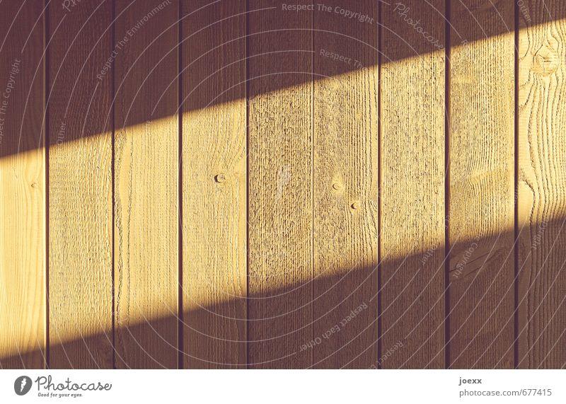 / Mauer Wand Zaun Holz authentisch hell lang braun Spalte Farbfoto Außenaufnahme Muster Strukturen & Formen Menschenleer Licht Schatten Sonnenlicht Weitwinkel