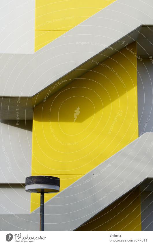 Gelbe Treppe Design Hochhaus Beton leuchten Coolness Stadt gelb grau modern Lampe Straßenbeleuchtung erschließen vertikal diagonal Fassade herauf herab