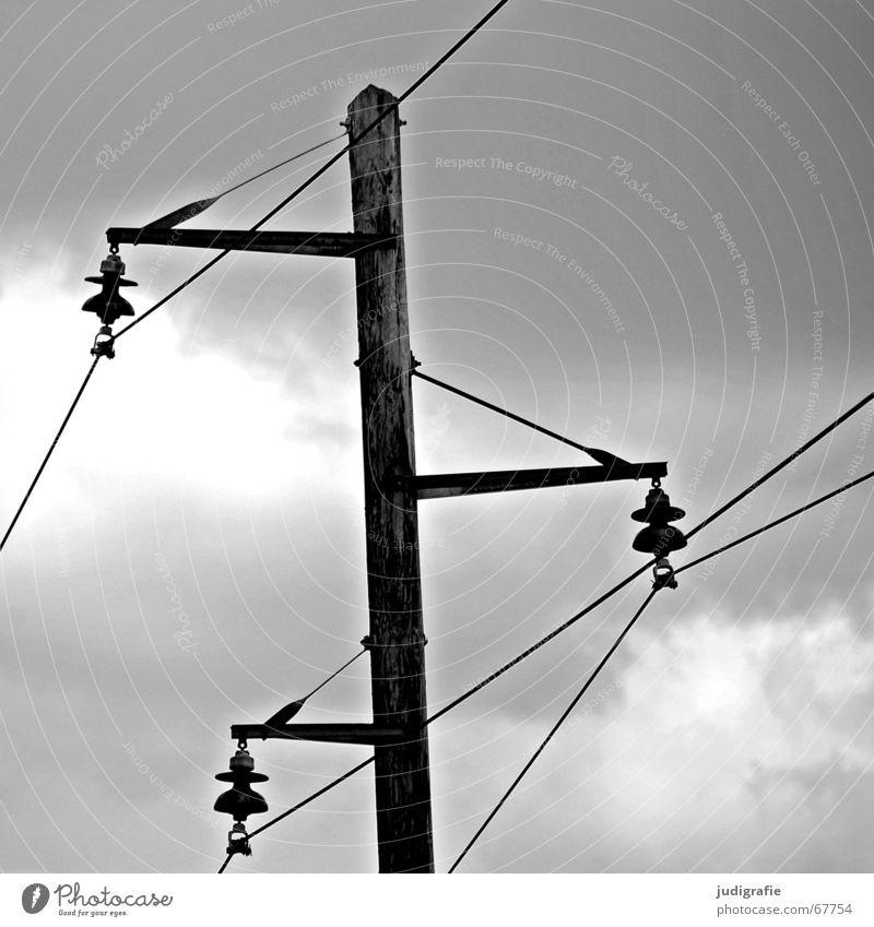Energie 2 Himmel weiß schwarz Wolken Holz Linie Kraft Energiewirtschaft Elektrizität Kabel Strommast Leitung