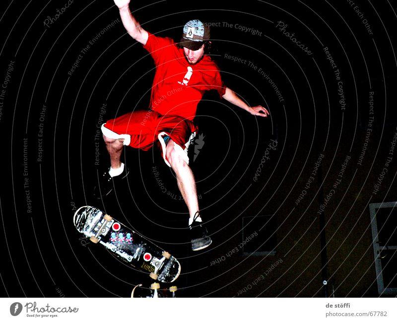 Nachtaktiv rot Freude dunkel springen Beine hoch Aktion Bekleidung drehen Skateboarding Muskulatur Etikett Kerl Umhang Junger Mann Baseballmütze