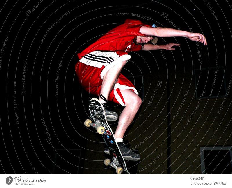 put.your.hands.up.in.the.air. Skateboarding rot Umhang dunkel Aktion springen Kerl Junger Mann Etikett Nacht Konzentration Bekleidung in der luft Beine