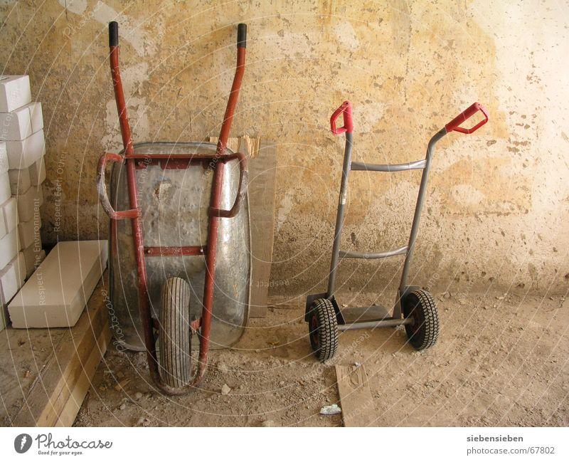 Feierabend alt rot Haus Gebäude Arbeit & Erwerbstätigkeit Aktion Pause Industrie Baustelle Bauwerk Beruf Dienstleistungsgewerbe schäbig Handwerk führen Material