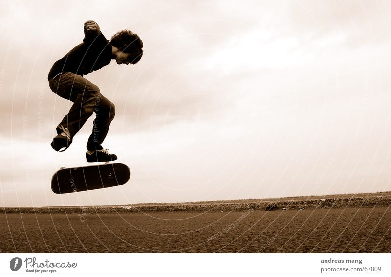 Fakie BS Flip Skateboarding Salto springen Bordsteinkante Stil Trick fliegen Aktion Sport extrem geschmackvoll Parkdeck boy Straße road Rolle roll fly freedom