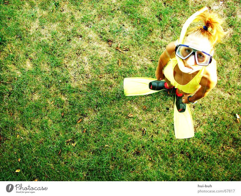 wasser marsch Gras Taucherbrille tauchen Bikini Badeanzug Brille gelb grün ausgebrannt Untergrund Ebbe Blick Hand Finger fehlen Zopf Palme Tauchgerät