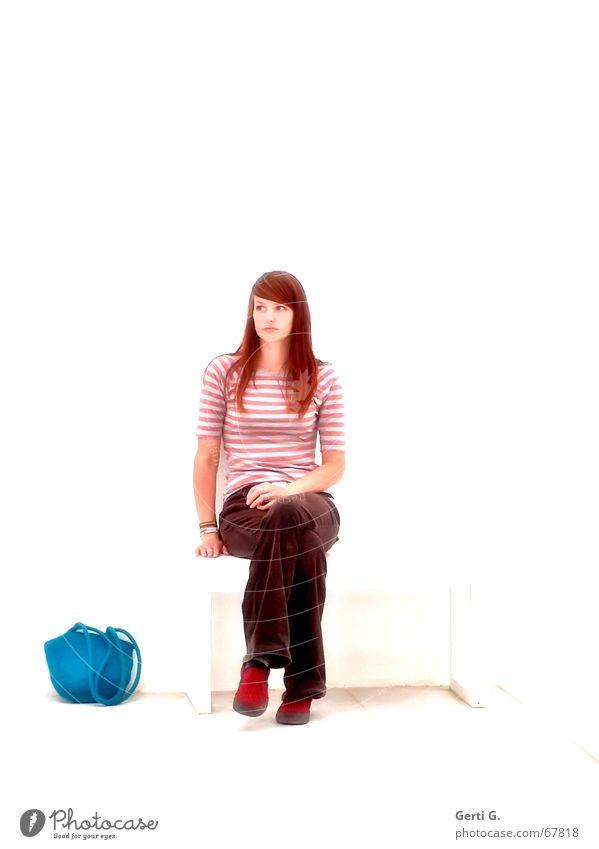 sitting.waiting.wishing Frau Mensch schön rot Beine sitzen warten Perspektive Bank dünn Tasche langhaarig Junge Frau rothaarig Rotstich