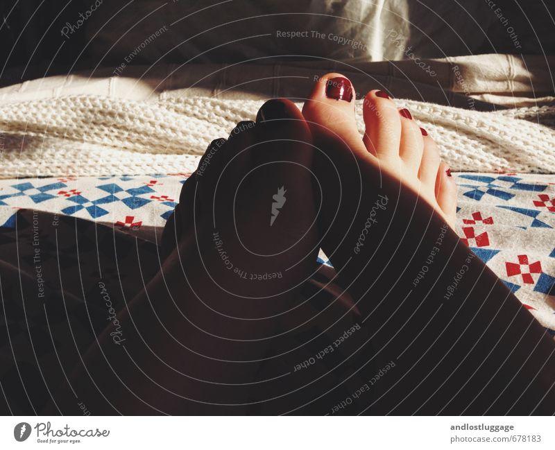 liegen bleiben. Pediküre Nagellack Häusliches Leben Wohnung Innenarchitektur Bett Schlafzimmer Decke Bettwäsche feminin Junge Frau Jugendliche Fuß Zehen 1