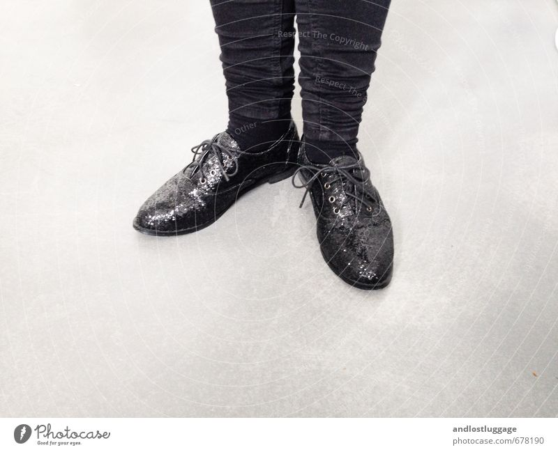 put on my dancing shoes. Mensch Jugendliche schön Junge Frau 18-30 Jahre Erwachsene feminin Stil Beine Lifestyle Feste & Feiern Mode Party Fuß glänzend elegant