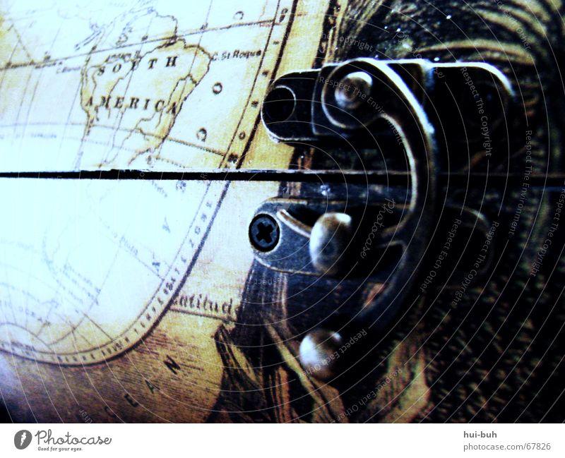 der schlüssel zur anderen welt Schatztruhe Weltkarte Öffnung geschlossen Südamerika Truhe Holz finden entdecken Wasserfahrzeug See Burg oder Schloss Erde Metall
