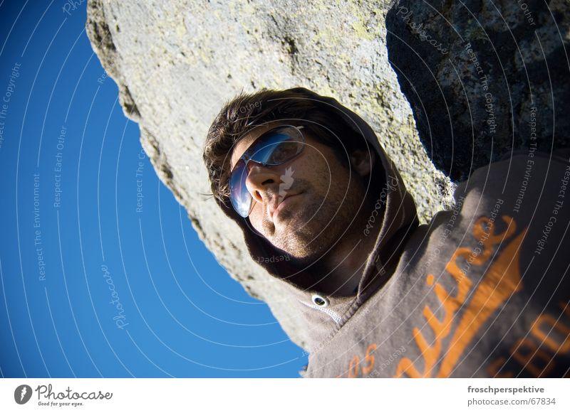 skandinavischer sommer Mann Selbstportrait Sonnenbad genießen Aussicht Sommer Himmel Felsen blau sonnebrille kaputzenpulli Dreitagebart 5-tage-bart