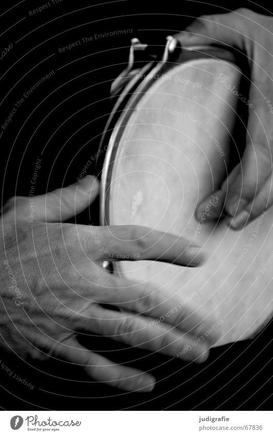 Klang 2 Mann Hand schwarz Gefühle Musik Finger Musikinstrument schlagen Rhythmus Schlaginstrumente