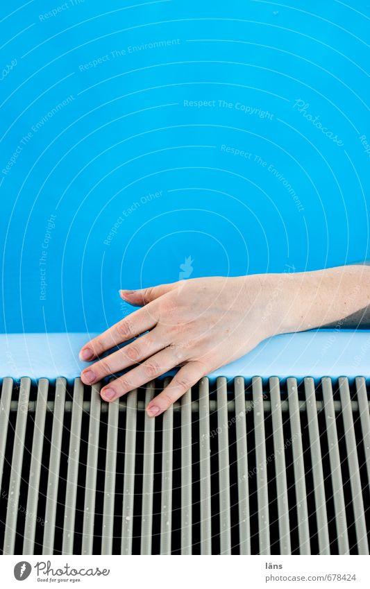 Hand drauf Blau Beckenrand Wasser Pool Schwimmbad