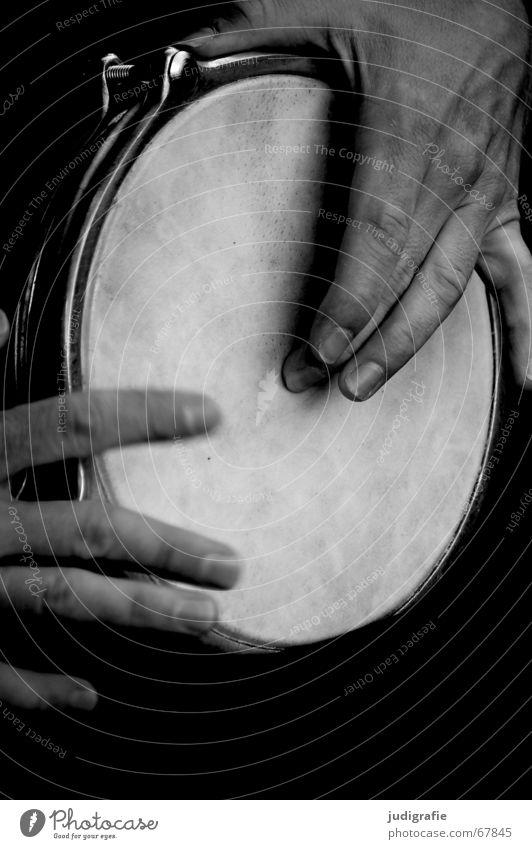 Klang 4 Mann Hand weiß schwarz Gefühle Musik Finger Musikinstrument schlagen Rhythmus Schlaginstrumente
