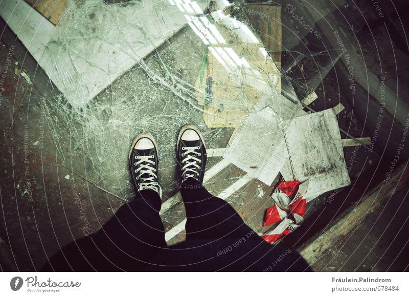 . Beine Fuß 1 Mensch Schuhe Turnschuh gehen gruselig unten Stadt Abenteuer chaotisch stagnierend Verfall kaputt Glas Fenster Zerstörung Chucks Verbote Tatort