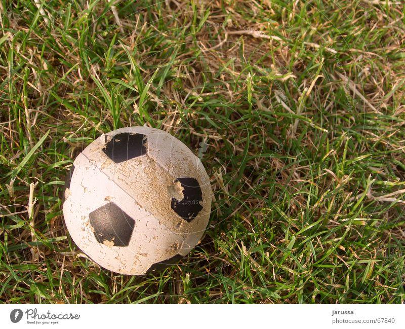 SpielEnde Gras grün weiß Stroh rund Ball dünn Erde Fleck Schatten Fußball 1 Kugel alt schäbig klein Schaumstoff Kunststoff Menschenleer Vogelperspektive