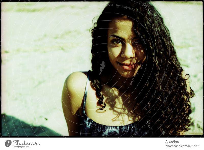 Larissa Jugendliche schön Junge Frau 18-30 Jahre Strand Erwachsene Erotik Haare & Frisuren Glück sitzen Lächeln ästhetisch Schönes Wetter beobachten Abenteuer