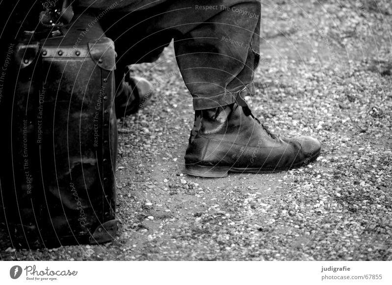 Warten Mann ruhig Koffer Hose Schuhe Kieselsteine schwarz weiß Ausdauer lang Zeit warten sitzen Sitzgelegenheit Erholung alt Theaterschauspiel geduldig Ungeduld