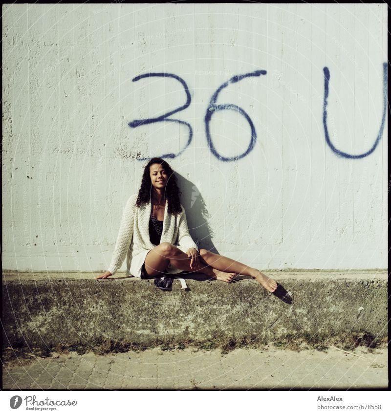 Sommertag im März Jugendliche schön Erholung Junge Frau 18-30 Jahre Erwachsene Graffiti lachen Glück Kopf Beine sitzen Lächeln ästhetisch Schönes Wetter Ausflug
