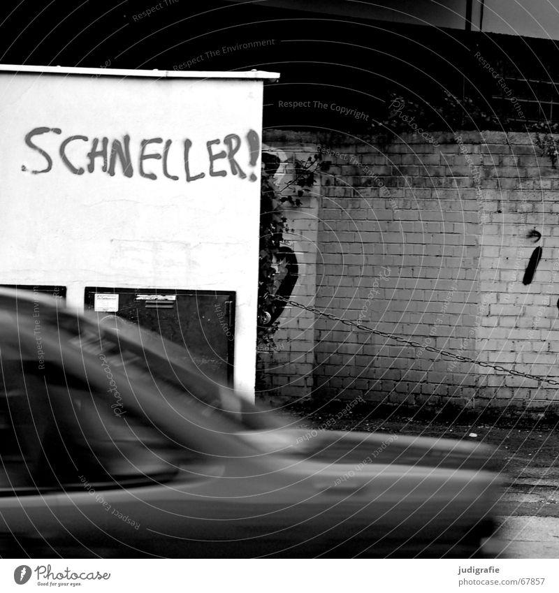 Schneller! weiß Stadt schwarz Straße Wand Mauer PKW Verkehr Geschwindigkeit KFZ fahren Schriftzeichen Wut Typographie Kette Hannover