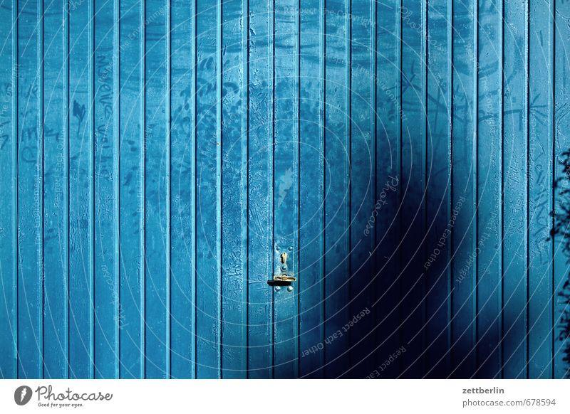 Garagentür Natur blau Sonne Landschaft Haus dunkel Gebäude Frühling Linie Wohnung Raum Tür Häusliches Leben geschlossen berühren Metallwaren