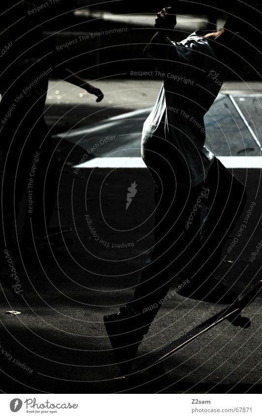 mystery shove it Skateboarding Gegenlicht 2 Trick Stunt glänzend dunkel Sport Zufriedenheit Stil lässig Parkdeck Abend black Funsport Bewegung Coolness