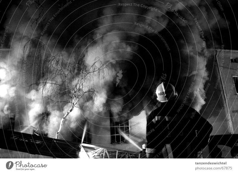 es brennt! Feuerwehrmann heiß gefährlich Nacht löschen Schaum Schlauch feuerwehrleiter feuerwehrschlauch Leiter Rauch Brand Abend Schwarzweißfoto Wasser