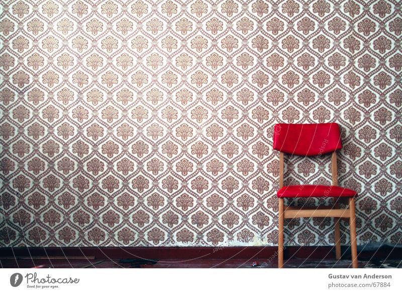 Stuhl alt rot Einsamkeit Wand Holz Strukturen & Formen braun warten Platz retro Stuhl Bodenbelag Tapete Sitzgelegenheit Siebziger Jahre