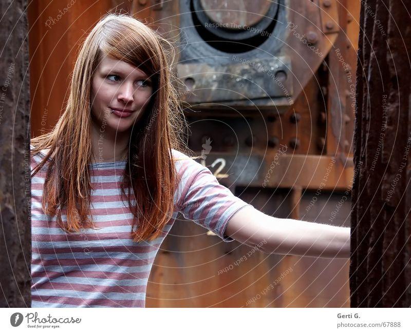 needs an expert Frau Mensch schön Gesicht Haare & Frisuren Arme Wind Perspektive festhalten verfallen Rost Gesichtsausdruck langhaarig Piercing Schraube rothaarig