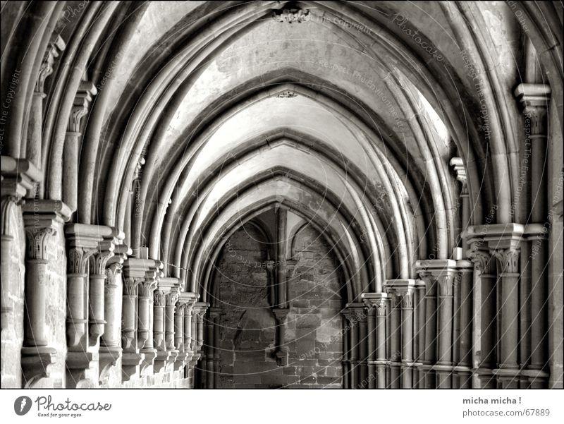 In der Mitte liegt die Ruhe ruhig Erholung Mitte Gebet Säule Symmetrie Bogen Kloster Arkaden Kloster Maulbronn