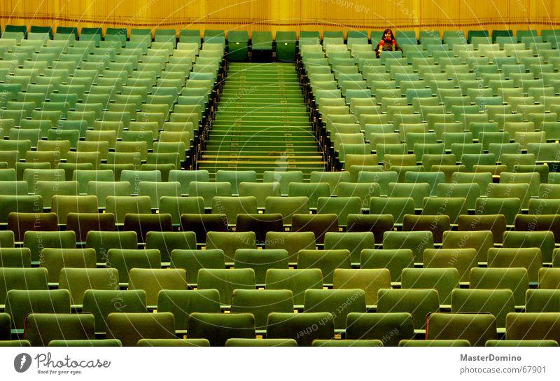 Film vorbei Kino Kinosaal Saal leer Einsamkeit Blick Sitzreihe Sessel Kinosessel grün Wand vergangen Innenaufnahme Frau Schal sitzen kinobesuch Sitzgelegenheit