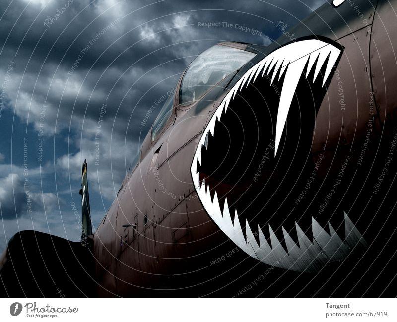 Aggression Wolken dunkel Angst Kraft Flugzeug fliegen Luftverkehr gefährlich bedrohlich Gebiss Sturm Gewalt Stahl Unwetter Konflikt & Streit Krieg