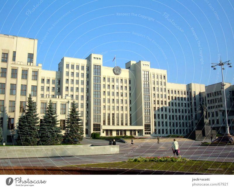 Nationalversammlung Belarus Mensch kalt Architektur gehen Fassade Ordnung Kraft Platz Schönes Wetter Macht Schutz Zeichen historisch Bauwerk Wolkenloser Himmel
