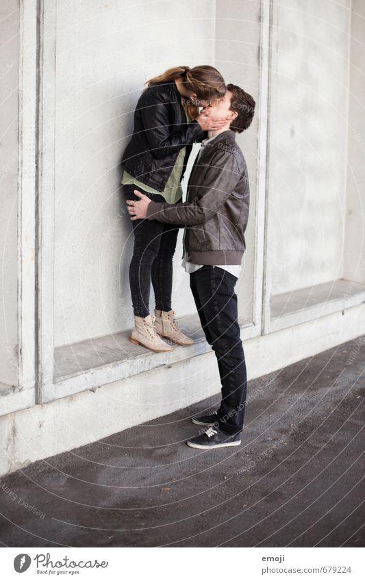 iI Mensch Jugendliche Junge Frau 18-30 Jahre Junger Mann Erwachsene Liebe feminin grau Paar maskulin nah Küssen Liebespaar Intimität