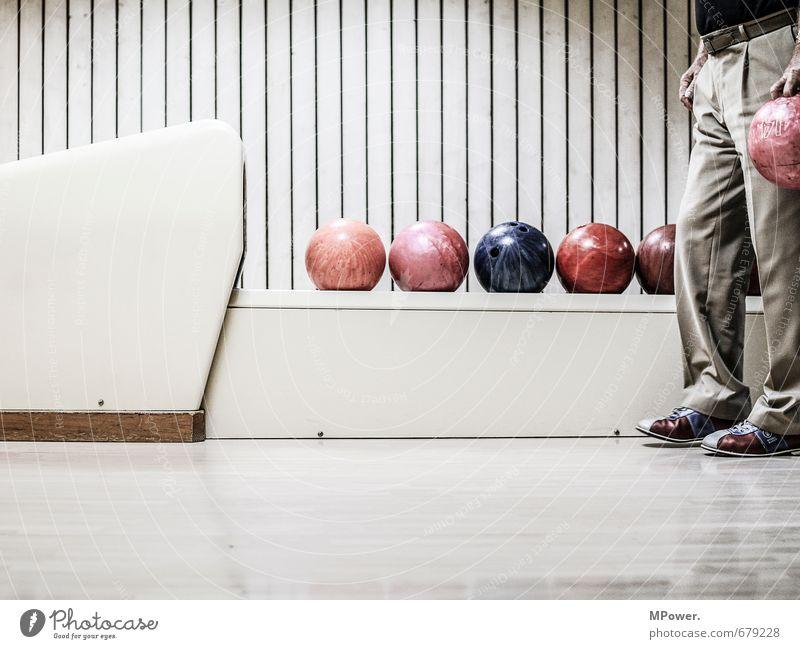 pinking Sport Sportler Sportveranstaltung Mensch Mann Erwachsene Männlicher Senior Körper Beine 1 60 und älter Spielen Kugel Bowling Bowlingbahn Bowlingkugel